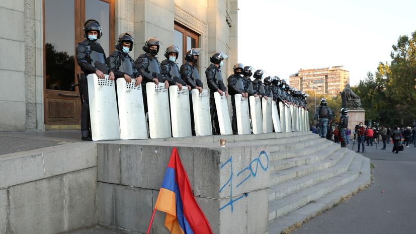 У здания правительства в Ереване собираются протестующие