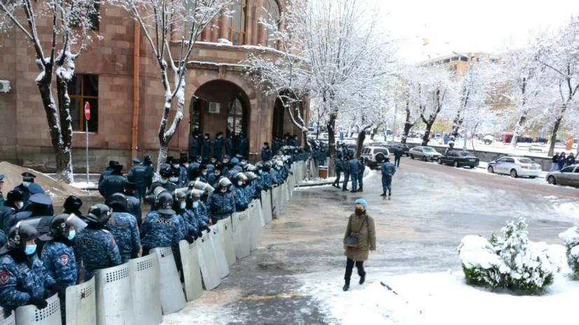 Полиция начала задержания митингующих в центре Еревана