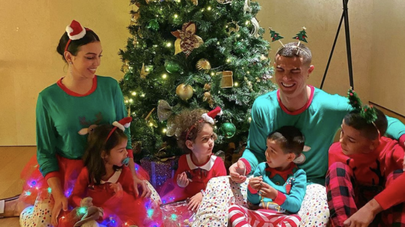 Роналду поделился рождественской фотографией на фоне ёлки