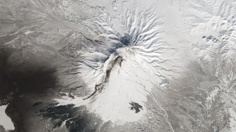 Вулкан Шивелуч на Камчатке выбросил семикилометровый столб пепла
