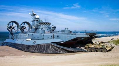 Высадка подразделений морской пехоты десантным кораблем на воздушной подушке «Евгений Кочешков» (полигон Хмелевка, Калининградская область)