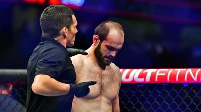 Российский боец UFC Сапарбек Сафаров и рефери Джейсон Херцог