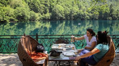 Отдыхающие около Нижнего Голубого озера в Кабардино-Балкарии. Кабардино-Балкария стала единственным регионом Северного Кавказа, вошедшим в перечень туристических направлений, где будет предусмотрен кешбэк за отдых для россиян