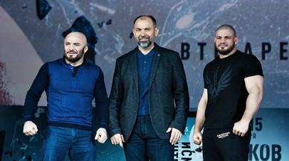 Бойцы Магомед Исмаилов и Иван Штырков, президент ACA Алексей Яценко