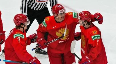 Хоккеисты молодёжной сборной России Роман Бычков, Василий Пономарёв и Арсений Грицюк