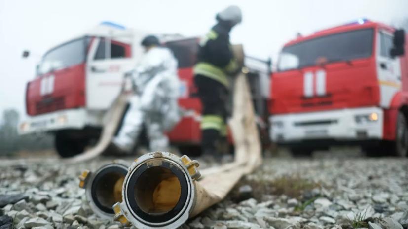 В Красноярском крае горит склад на площади 1000 квадратных метров