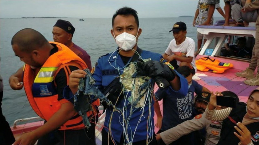 Семь кораблей береговой охраны Индонезии прибыли врайон крушениялайнера