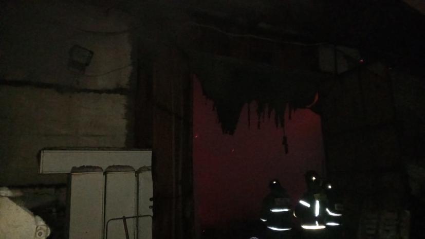 В Раменском районе Подмосковья горит ангар с лакокрасочными материалами
