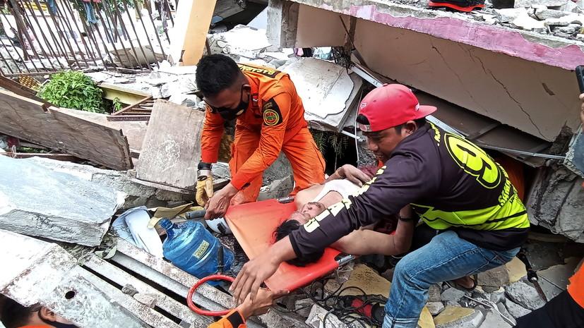 В Индонезии из-за землетрясения эвакуировали около 15 тысяч жителей