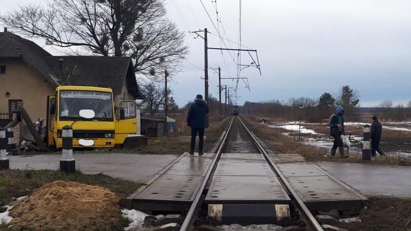 Один человек погиб при столкновении поезда и автобуса на Украине