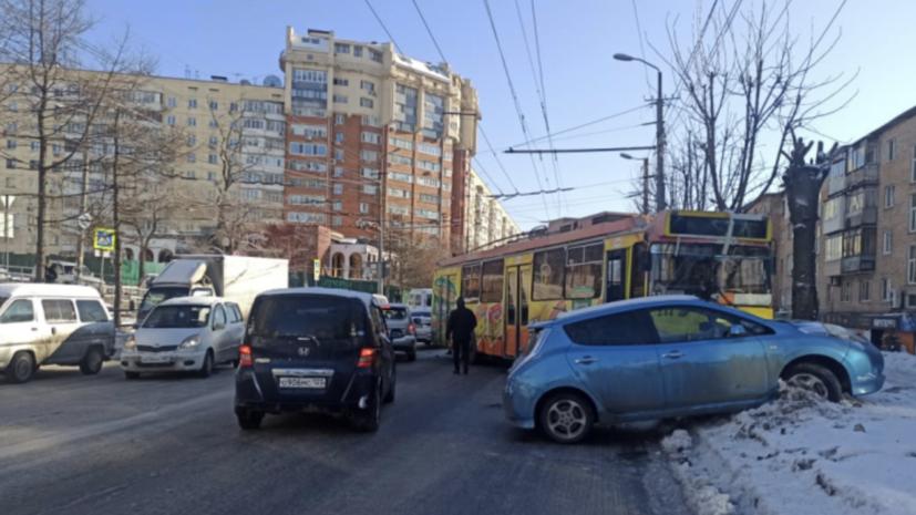 Во Владивостоке троллейбус столкнулся с четырьмя автомобилями