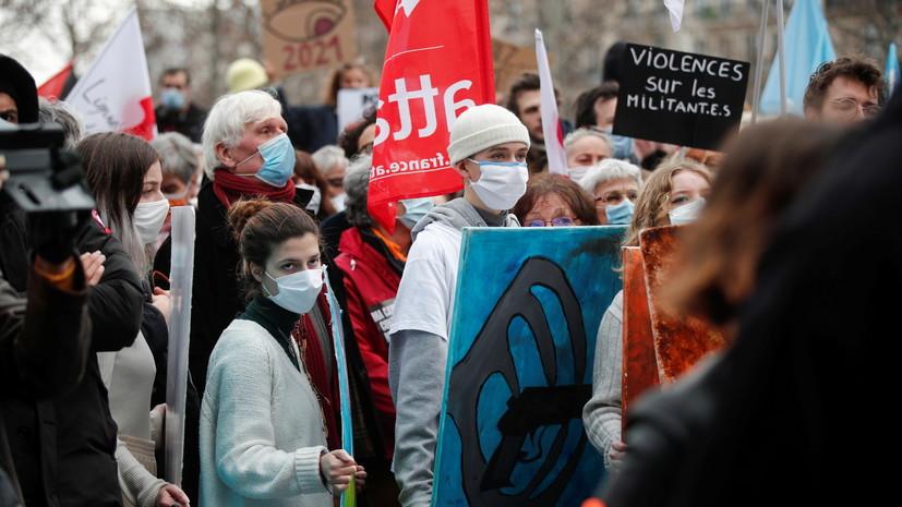 Корреспондент RT France пострадал при освещении протестов в Париже