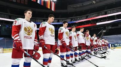 Хоккеисты молодёжной сборной России после поражения от команды Финляндии в матче за бронзовые медали МЧМ-2021