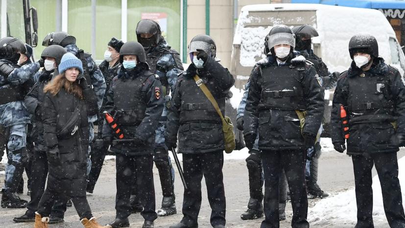 В Кремле назвали недопустимым насилие против силовиков на незаконных акциях