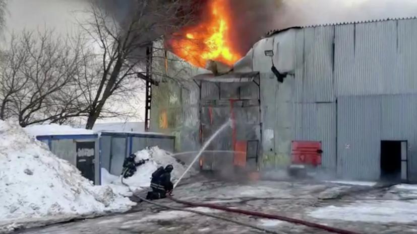 МЧС сообщило о ликвидации возгорания в ангаре на юге Москвы