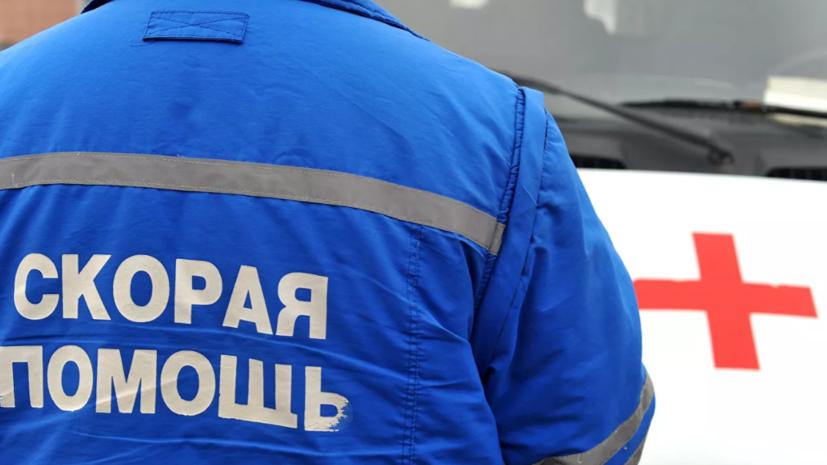 Автомобиль въехал в автобусную остановку на севере Москвы