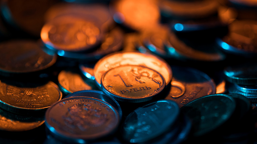 Рубль снижается к доллару в начале торгов 17 февраля