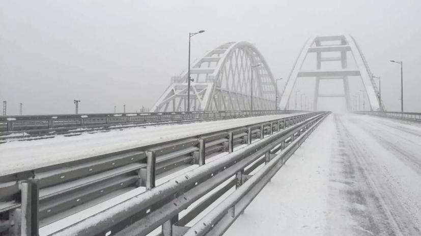Военные ЧФ эвакуируют занесённые снегом автомобили на трассе в Крыму
