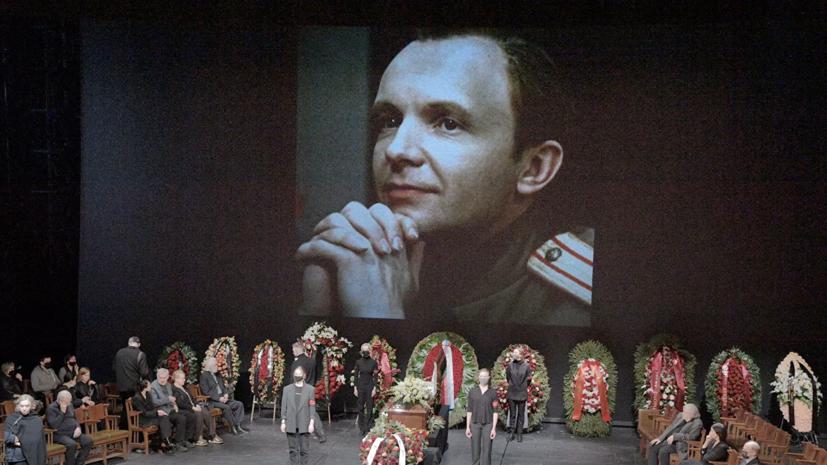 Актера Андрея Мягкова похоронили на Троекуровском кладбище