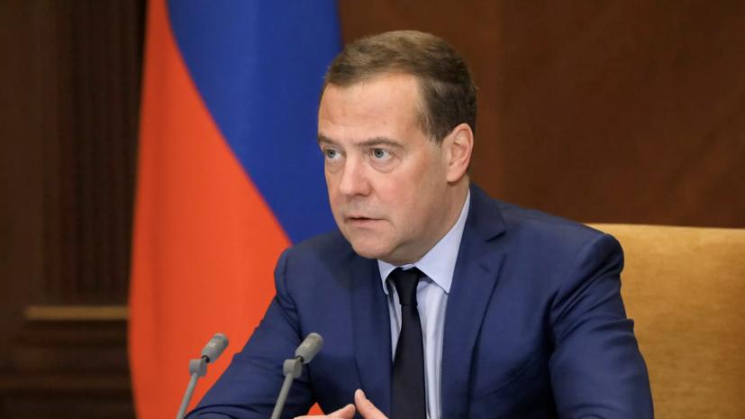 Медведев поздравил россиян с Днём защитника Отечества