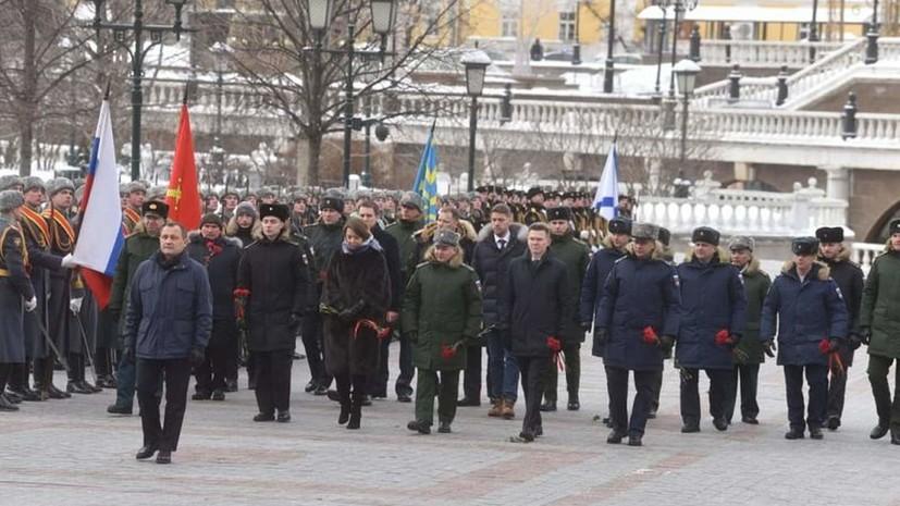 Подмосковная делегация возложила цветы к Могиле Неизвестного Солдата