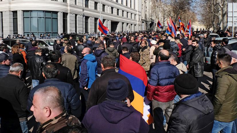 Акции у резиденции премьера и встреча президента с главой Генштаба: как проходит второй день протестов в Армении