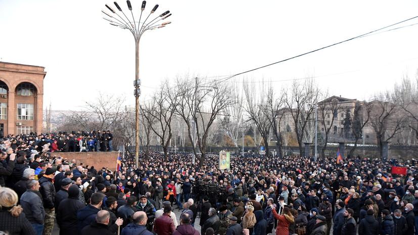 Колонна оппозиции в Ереване пришла к парламенту Армении