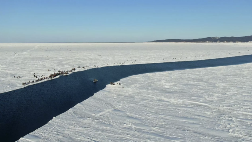 На Сахалине спасли со льдины 26 рыбаков