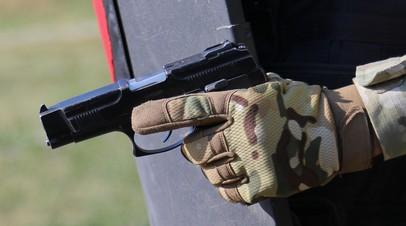 Пистолет Ярыгина в руке военнослужащего