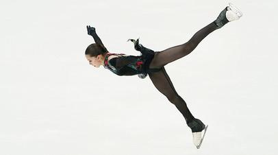 Камила Валиева выступает в произвольной программе Кубка Первого канала по фигурному катанию