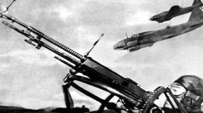 Советский лётчик ведёт стрельбу из авиационного орудия