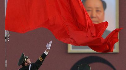 Китайский национальный флаг на площади Тяньаньмэнь в Пекине