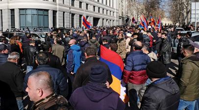 Участники митинга оппозиции у здания Генеральной прокуратуры Армении в Ереване