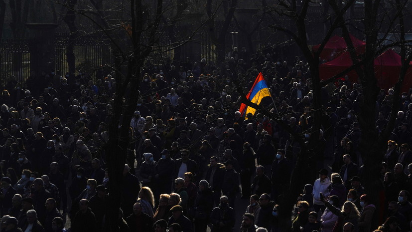 Протестующие ворвались в правительственное здание в центре Еревана
