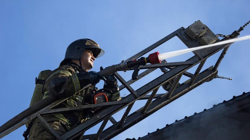 В Ленинградской области потушили пожар в гаражной секции