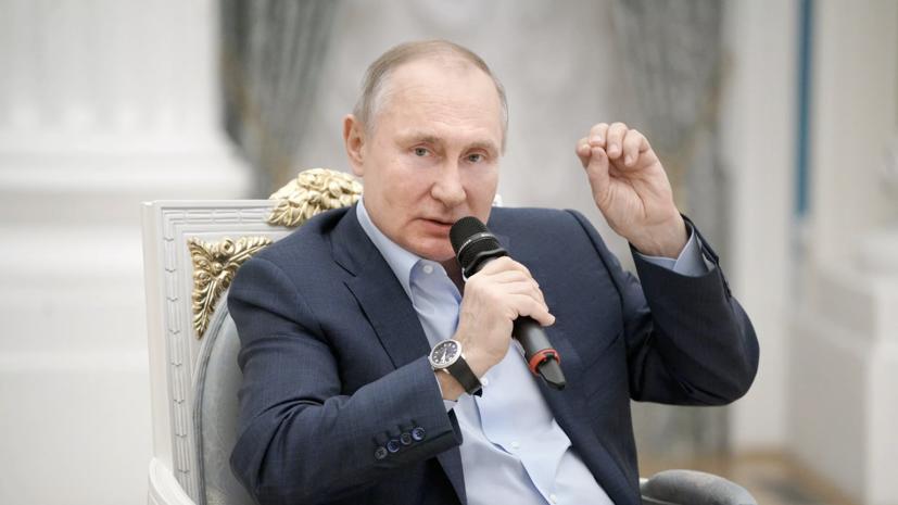 Путин выступил за более активное участие волонтёров в политике