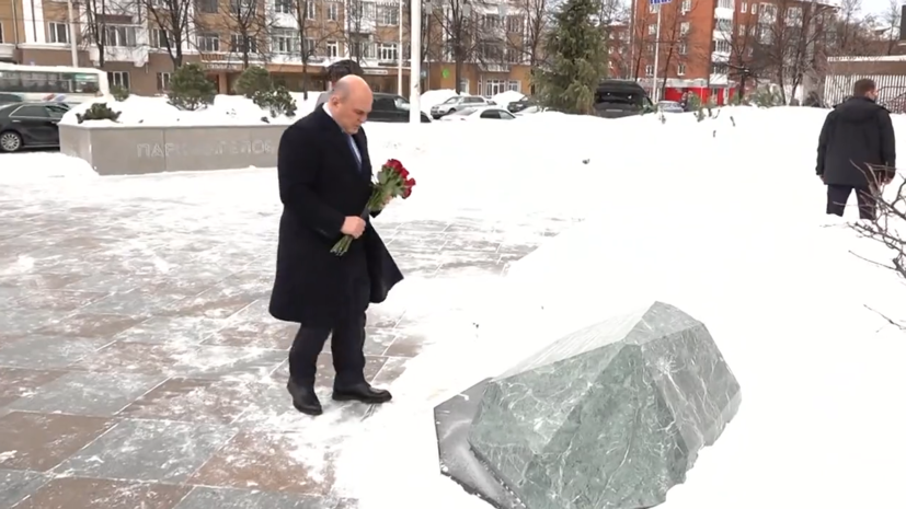 Мишустин возложил венок в память о жертвах пожара в ТЦ «Зимняя вишня» — видео