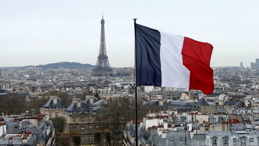 В Париже мужчина угрожал холодным оружием полицейскому