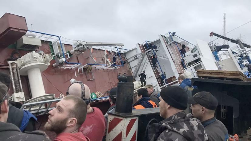 В Ленинградской области ведут поиски двух рабочих после ЧП с судном