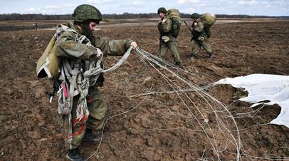 Военнослужащие Белоруссии и России при высадке десанта во время активной фазы российско-белорусских учений тактических групп ВДВ