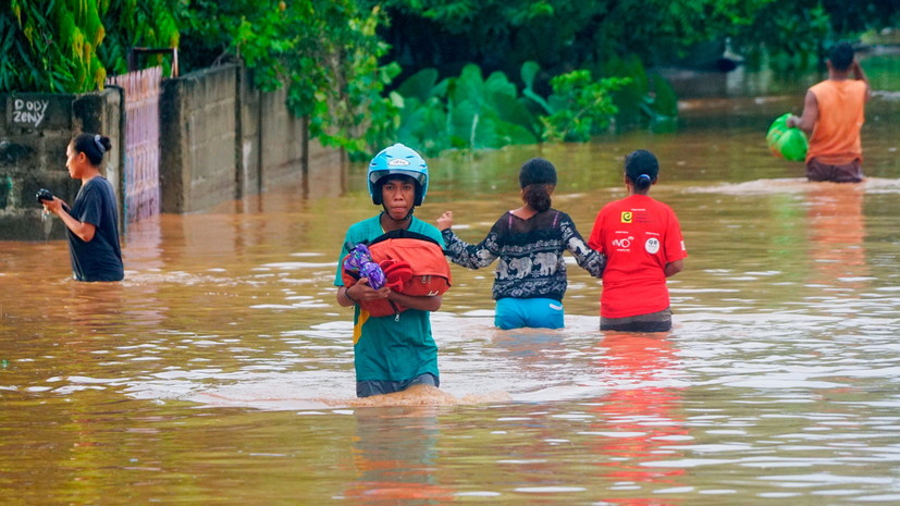 Число жертв паводков и оползней в Индонезии возросло до 86