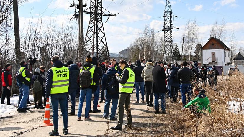 «На просьбу отойти с дороги ответили отказом»: что известно о задержании девяти человек возле колонии с Навальным