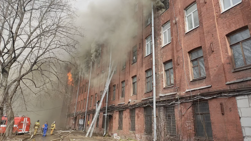 Площадь пожара на Невской мануфактуре возросла до 10 тысяч квадратных метров
