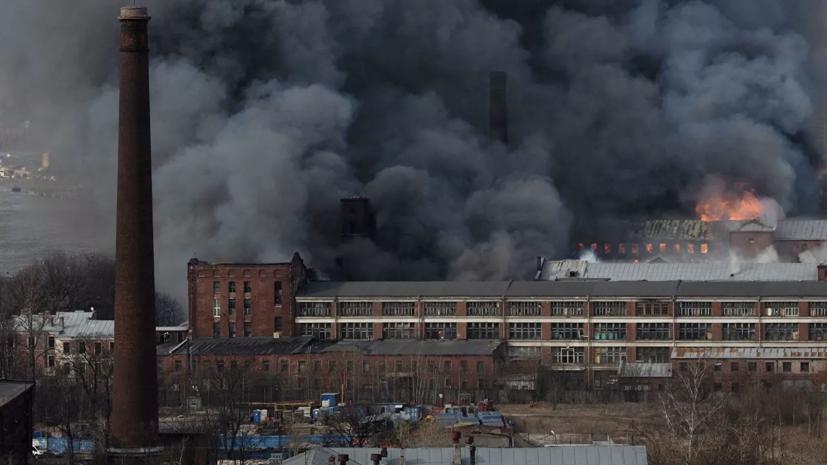 Кровля горящей в Петербурге Невской мануфактуры обрушилась