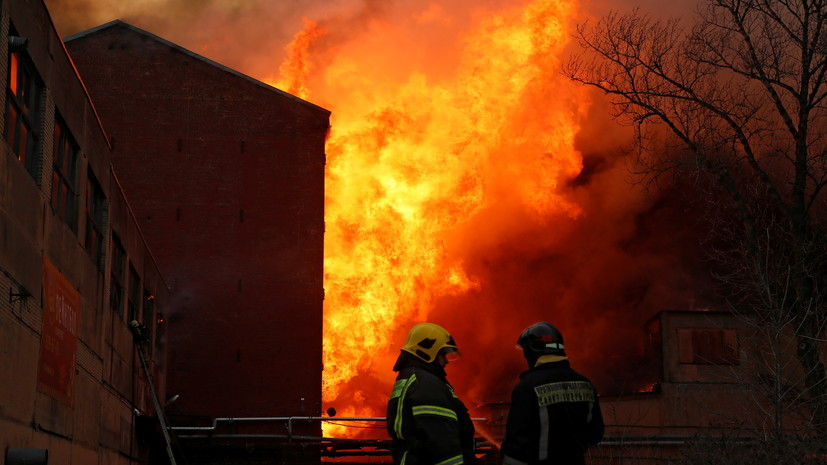 Огонь с Невской мануфактуры перекинулся на соседнее здание