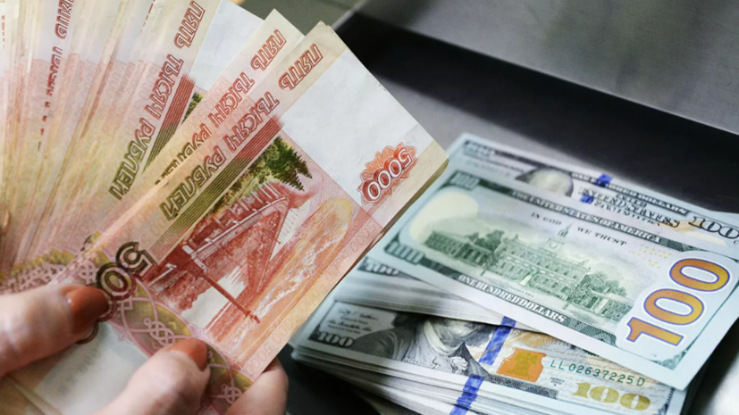 Курс рубля снизился на фоне сообщений о санкциях США