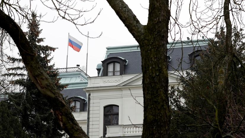 Хулиганы в Праге облили стены посольства России кетчупом