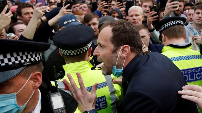 Чех вышел успокаивать бунтующих против Суперлиги болельщиков «Челси»