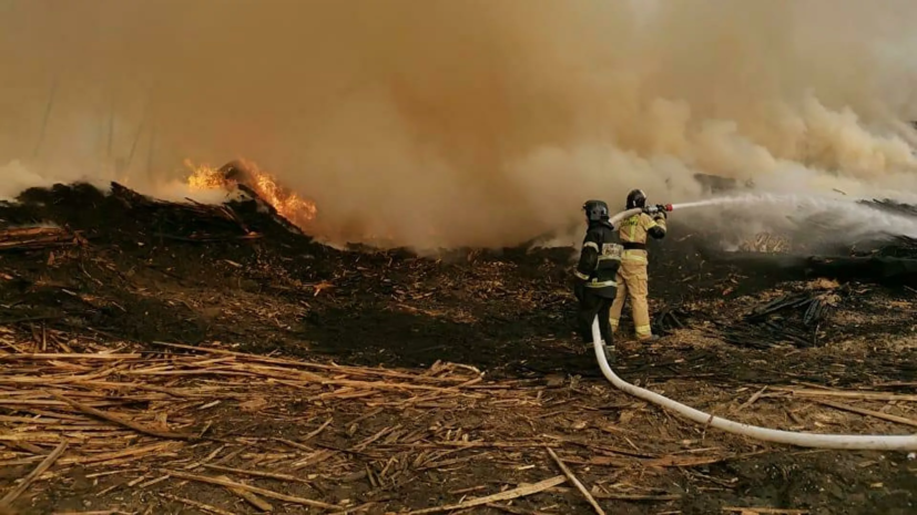В Биробиджане загорелась пилорама на площади 15 тысяч квадратных метров