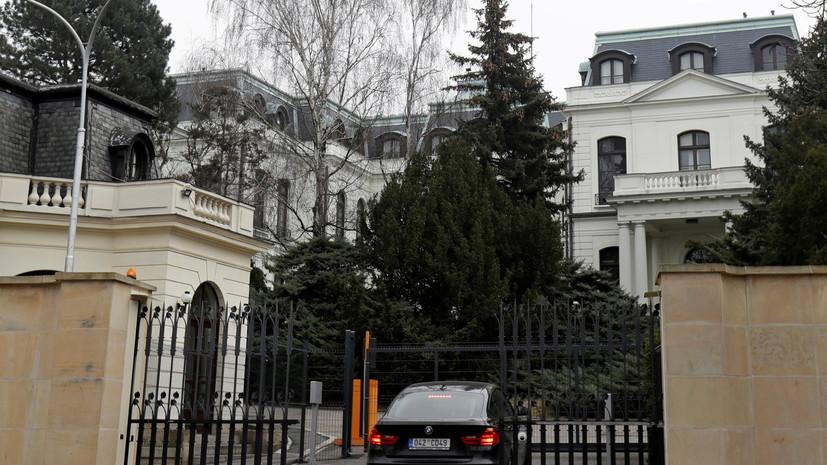 Неизвестные облили кетчупом стены генконсульства России в Чехии